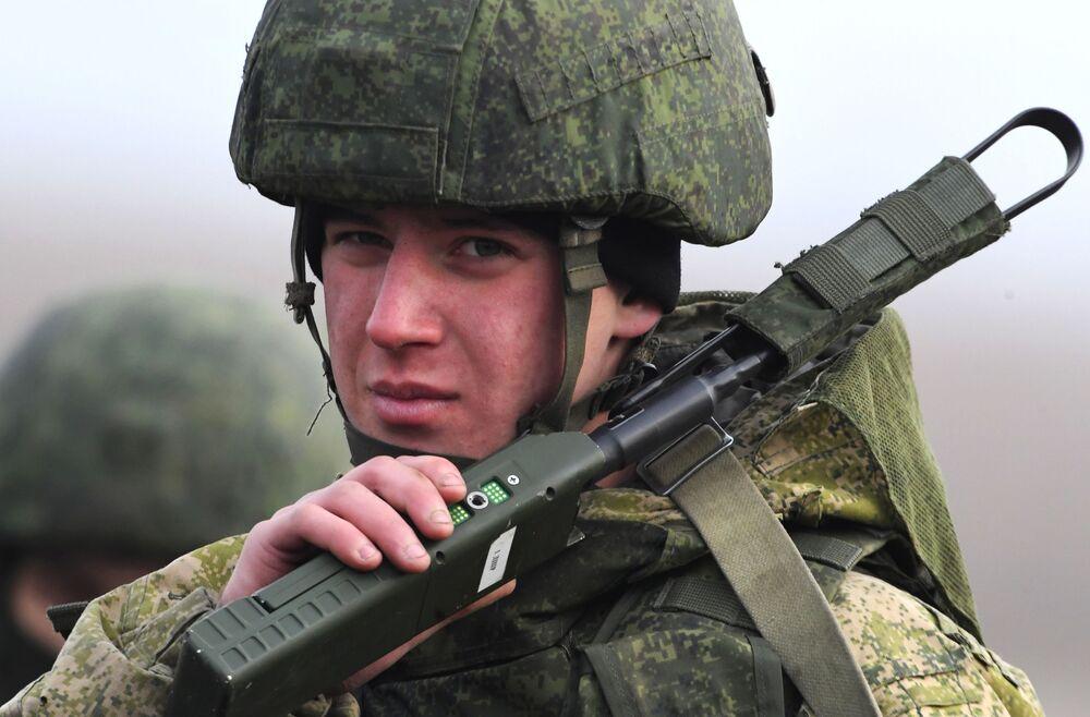 Militar russo comunica durante manobras táticas da 83ª Brigada de Assalto de Paraquedistas em Primorie, região da Rússia