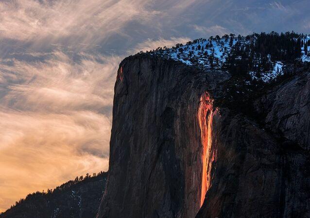 Cascata de fogo no Parque Nacional de Yosemite, EUA