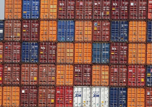 Contêineres montados em uma embarcação no porto de Valência, Espanha (foto de arquivo)