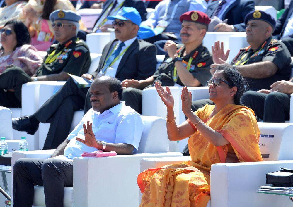 Ministra da Defesa da Índia, Nirmala Sitharaman, aplaude na inauguração da exposição Aero India 2019 em Bangalore