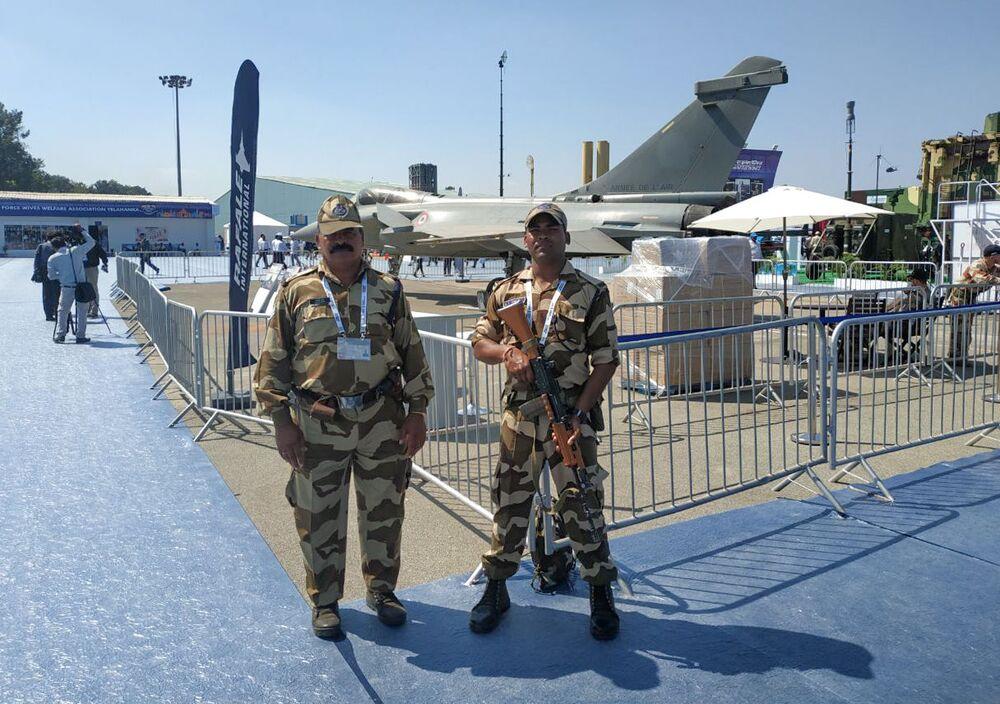 Guardas indianos tiram foto com caça Rafale na exposição Aero India 2019 em Bangalore