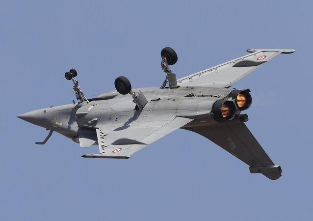 Caça francês Rafale sobrevoa de cabeça para baixo exposição Aero India 2019 em Bangalore (foto de arquivo)