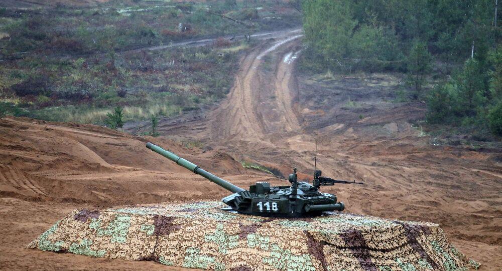 Tanque T-90M camuflado (foto de arquivo)