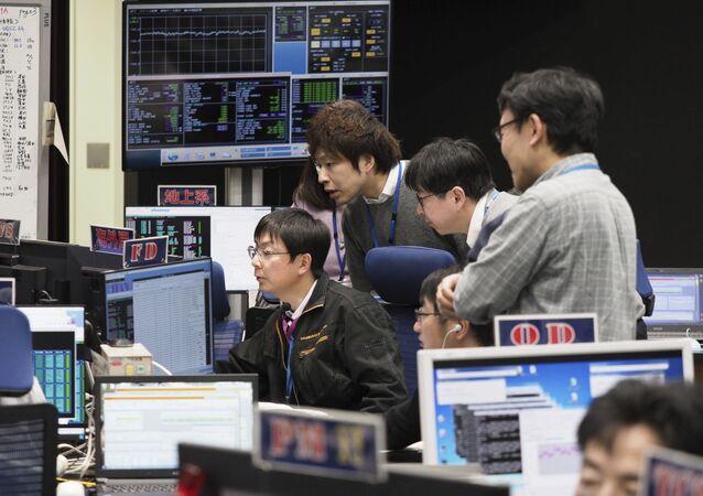 Equipe do projeto Hayabusa 2 na sala de controle do Instituto de Pesquisa Espacial JAXA, no Japão (arquivo)