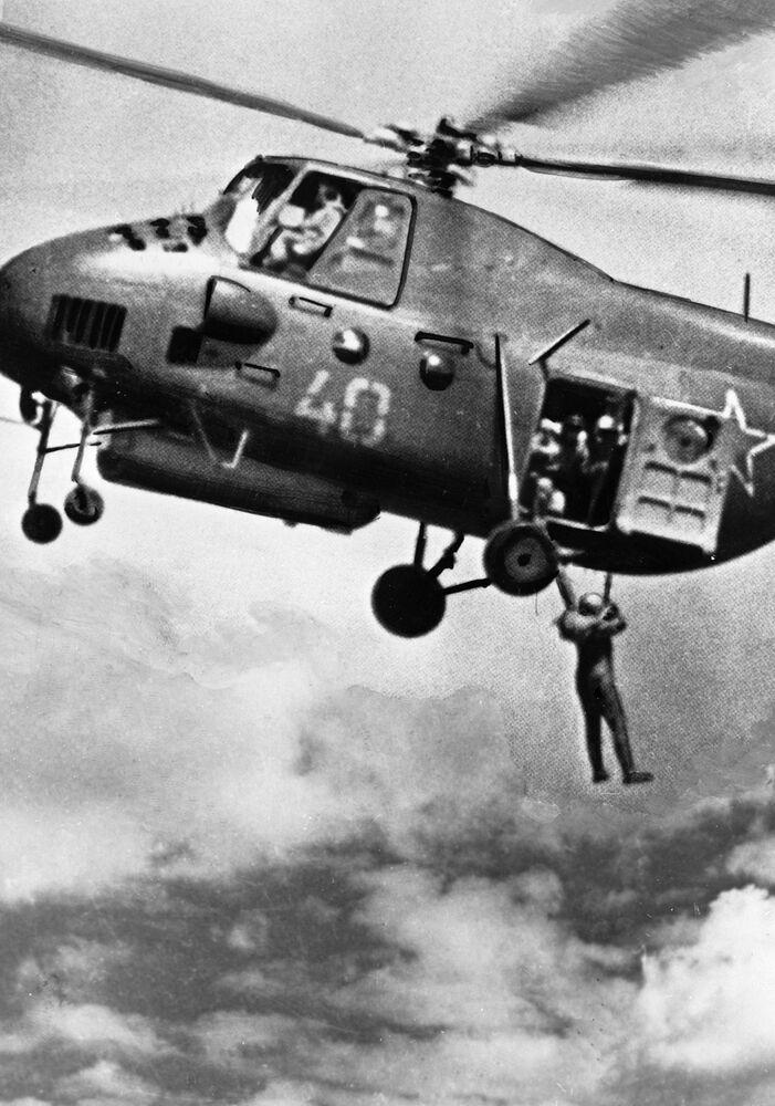 Um paraquedista salta de helicóptero no decurso de treinamentos aéreos, 1936