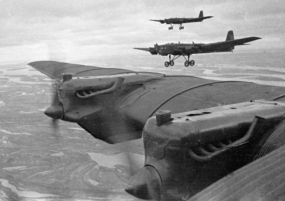 Bombardeiros pesados Tupolev TB-3 em missão aérea durante os exercícios realizados em 1936 e 1937
