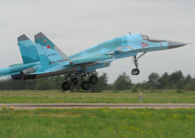 Caça-bombardeiro Su-34 decolando durante treinamentos que visaram verificar a prontidão de combate das tropas da Força Aeroespacial