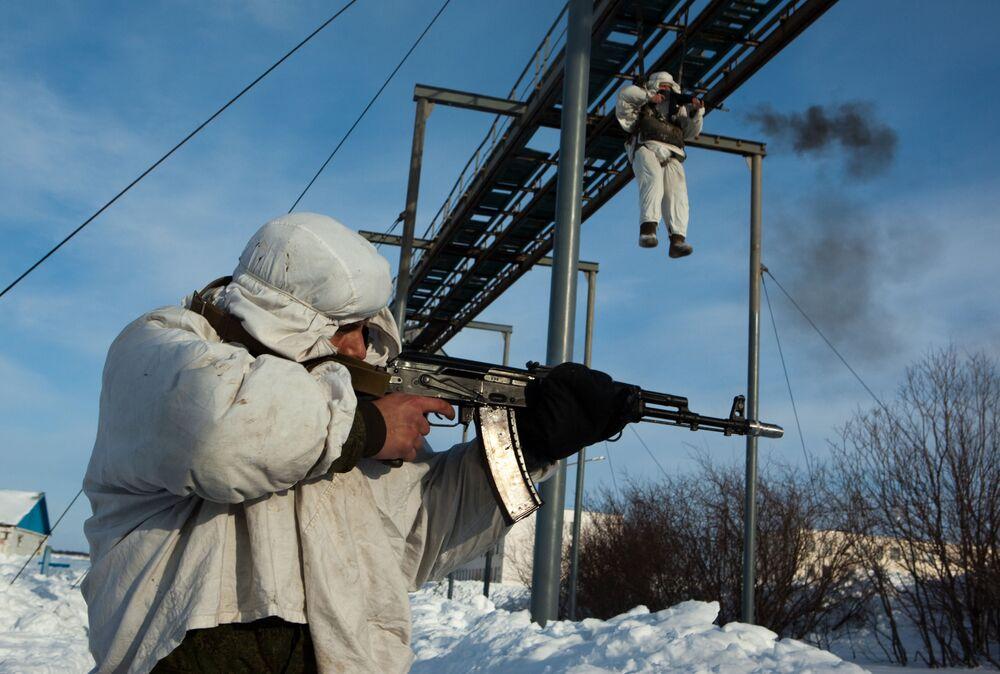 Fuzileiros navais da Frota do Norte russa treinam saltos com paraquedas, 2011