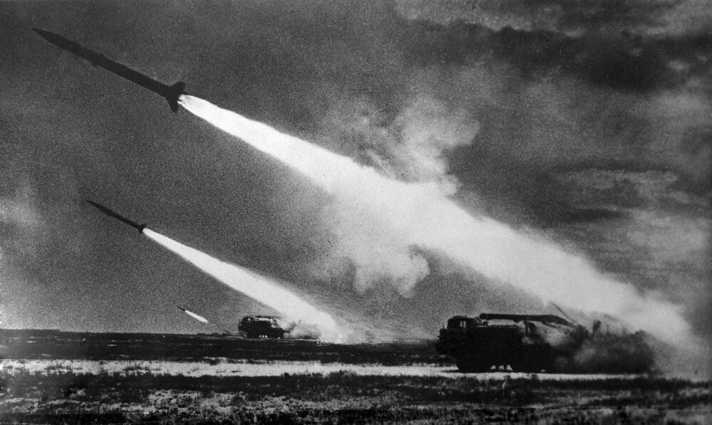 Tropas do Exército Soviético lançando mísseis durante treinamentos, 1968