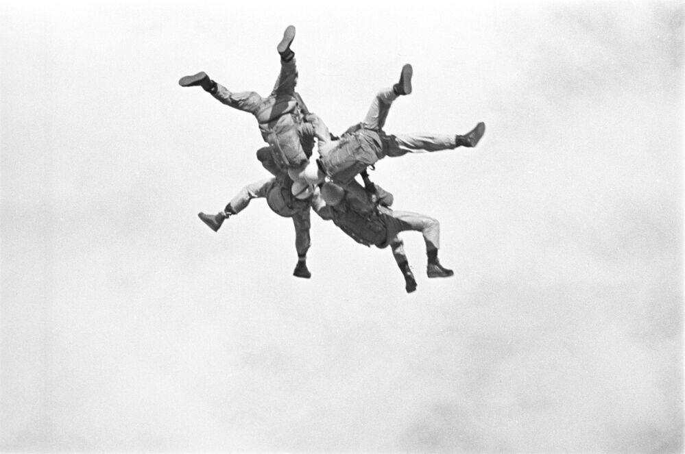 Unidades das tropas aerotransportadas da URSS efetuam manobras, 1965