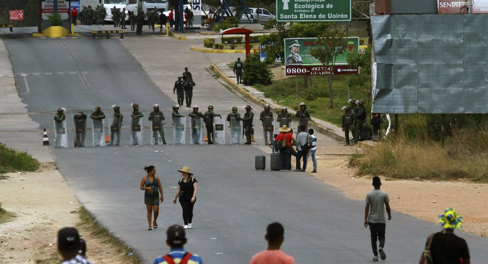 Militares bloqueiam a fronteira entre Venezuela e Brasil em Pacaraima, Roraima