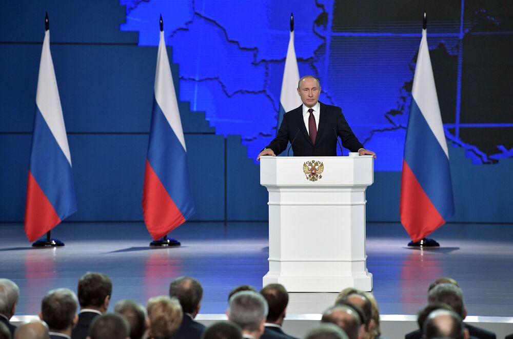 O presidente da Rússia, Vladimir Putin discursa com sua mensagem anual à Assembleia Federal