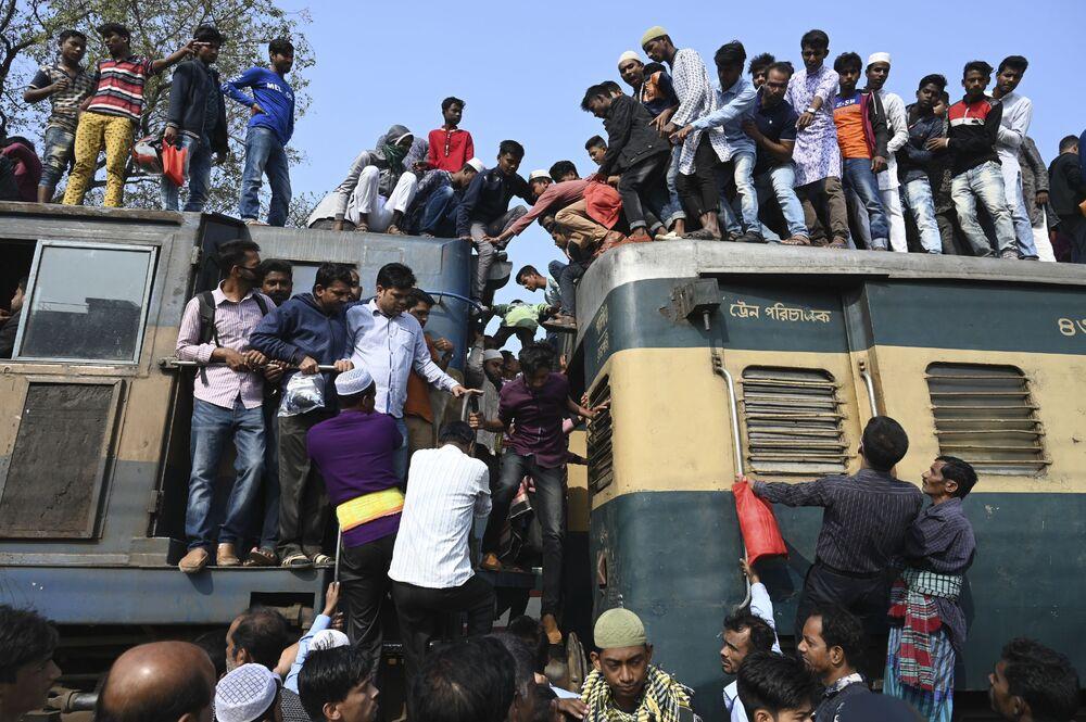 Muçulmanos do Bangladesh chegados a Tongo para assistir à oração final em massa Akheri Munajat