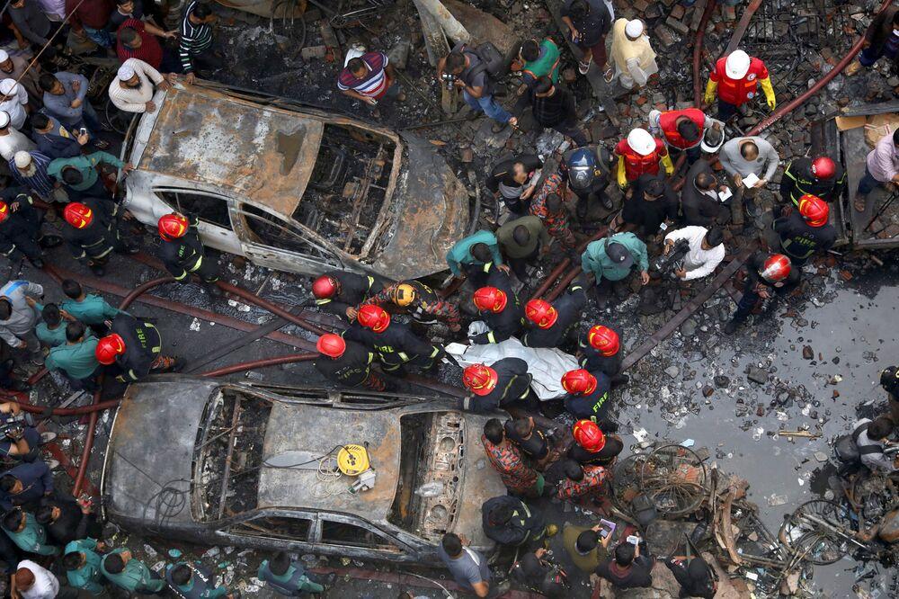 Equipe de resgate trabalha no lugar onde um armazém foi atingido pelo fogo em Daca, capital de Bangladesh