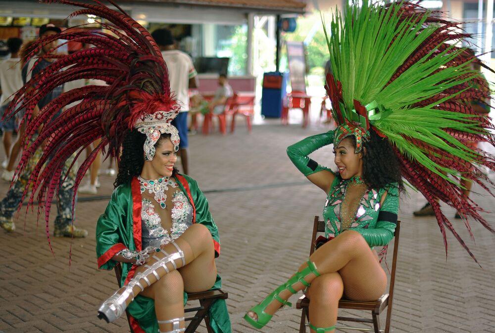 Dançarinas da escola de samba do Rio Grande conversam durante um intervalo dos ensaios no Rio de Janeiro