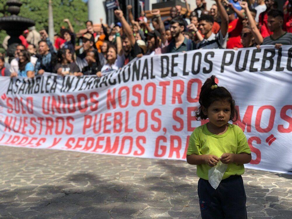 Manifestantes venezuelanos nas ruas de Caracas