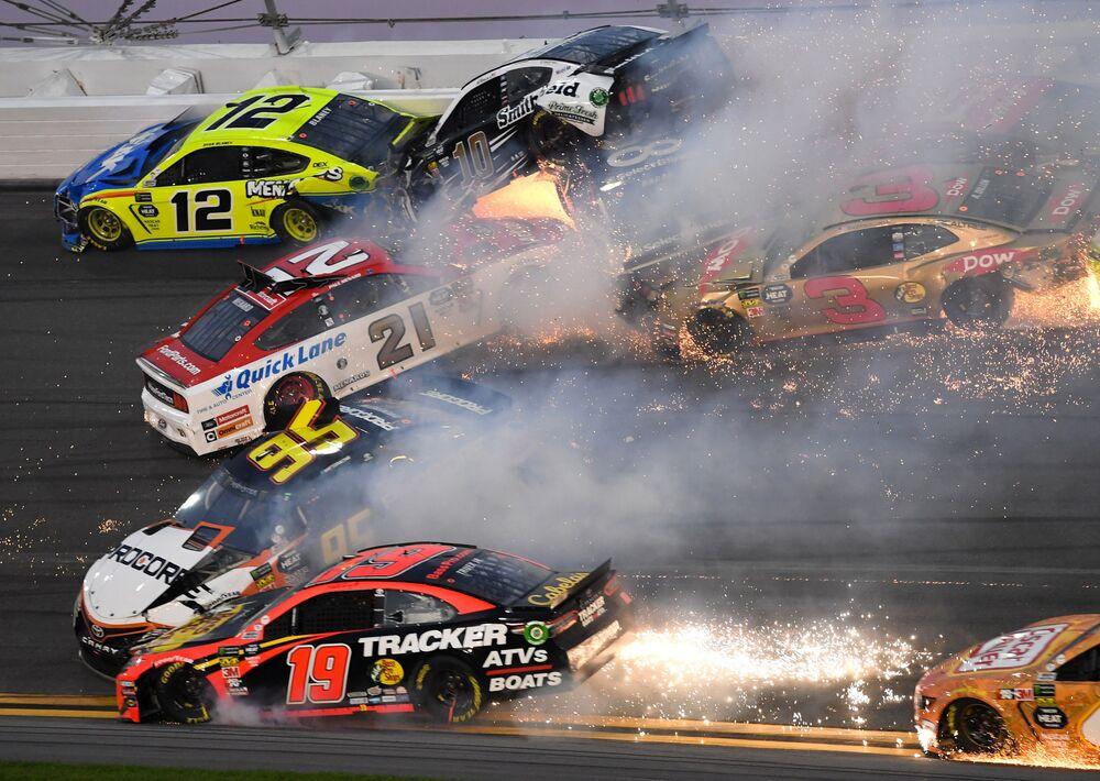 Grande acidente de automóveis em que estiveram envolvidos 21 carros durante a corrida NASCAR na Flórida