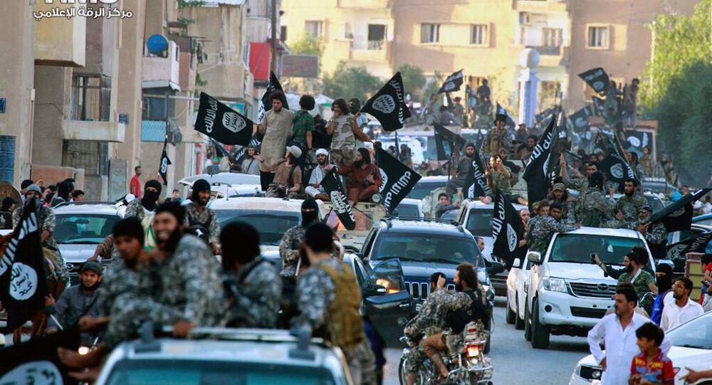 Combatentes do grupo do Estado Islâmico desfilam em Raqqa, norte da Síria.