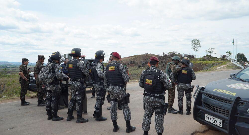 Agentes da Força Nacional estabelecem zona de segurança após tumulto na fronteira entre Brasil e Venezuela