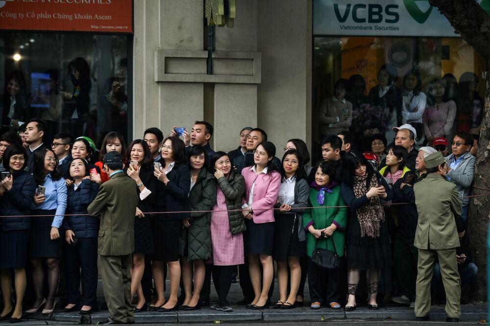 Vietnamitas se reúnem na estação da cidade de Dong Dang para ver a chegada do líder norte-coreano