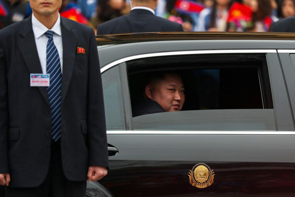 Kim Jong-un está sentado no automóvel depois de chegar ao Vietnã para a cúpula com o presidente dos EUA, Donald Trump