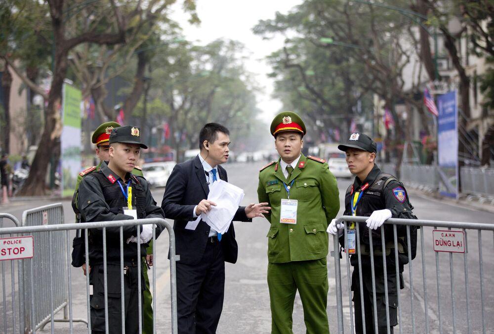 Agentes de segurança perto do Melia Hotel em Hanói, onde Kim Jong-un poderá ficar hospedado