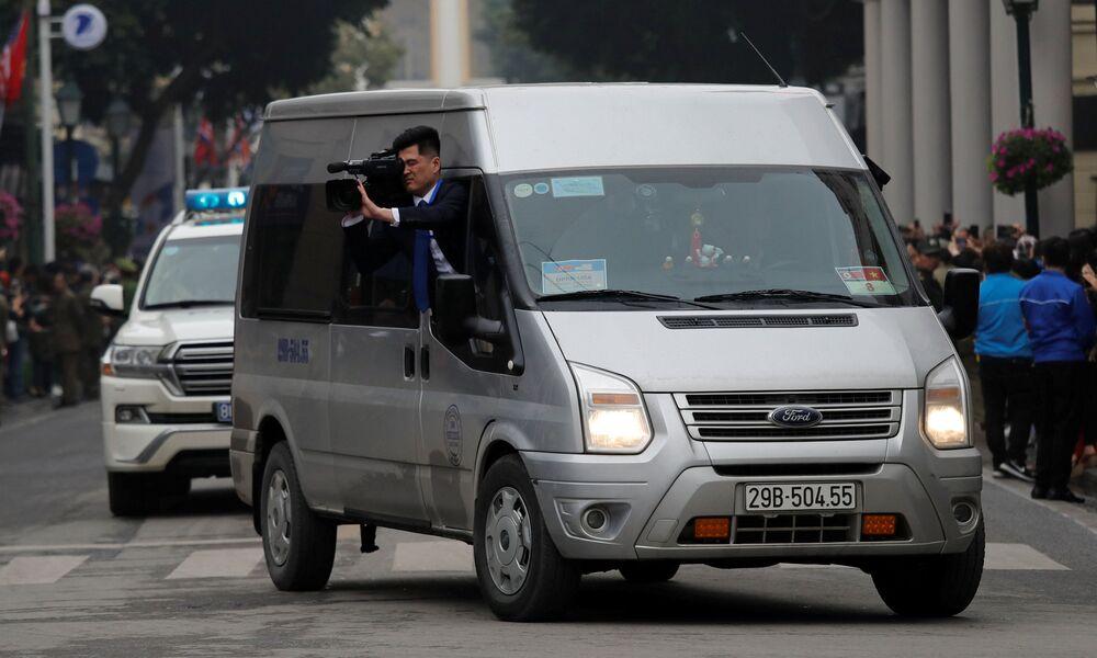 Operador de câmera norte-coreano filma a deslocação de Kim Jong-un pela capital vietnamita, em 26 de fevereiro de 2019