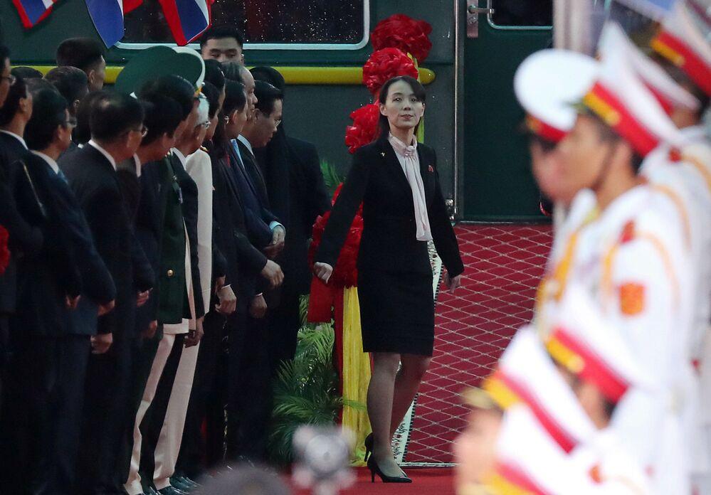Kim Yo Jong, irmã do líder norte-coreano Kim Jong-um, e o diretor do Comitê Central do Partido dos Trabalhadores da Coreia na plataforma da estação na cidade vietnamita de Dong Dang
