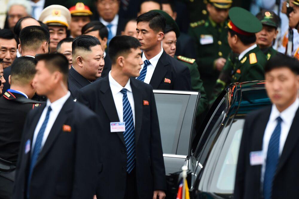 Líder norte-coreano Kim Jong-un rodeado por seguranças na estação de Dong Dang