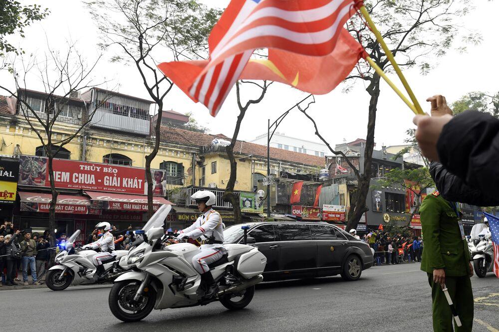 Cortejo de carros transporta Kim Jong-un pelas ruas de Hanói, Vietnã