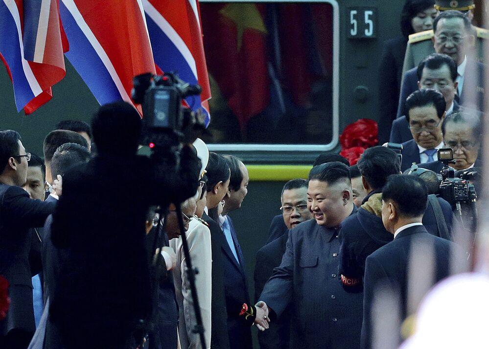 Kim Jong-un é acolhido pelos vietnamitas na estação de Dong Dang, em 26 de fevereiro de 2019