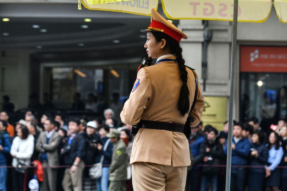 Policial vietnamita monta guarda durante a chegada do líder norte-coreano a Hanói para a cúpula com o presidente dos EUA, Donald Trump