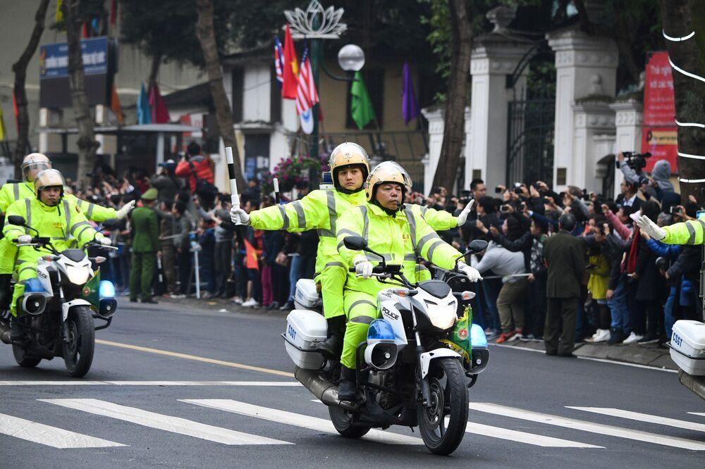 Policiais vietnamitas escoltam o carro de Kim Jong-un em Hanói