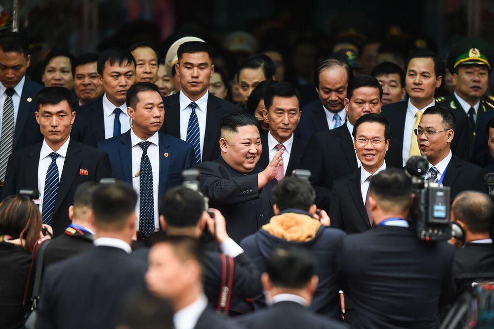 O líder norte-coreano Kim Jong-un na estação da cidade vietnamita de Dong Dang depois de atravessar a fronteira da China com o Vietnã, em 26 de fevereiro de 2019