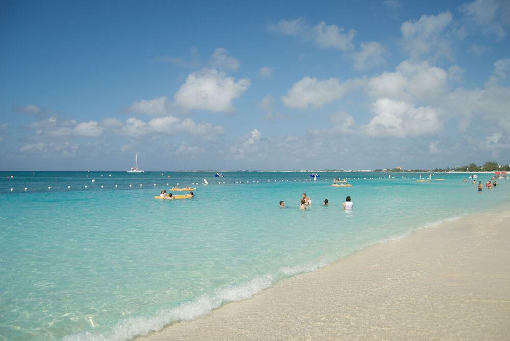 Praia Seven Mile, localiza-se na ilha Grand Cayman, a sul de Cuba