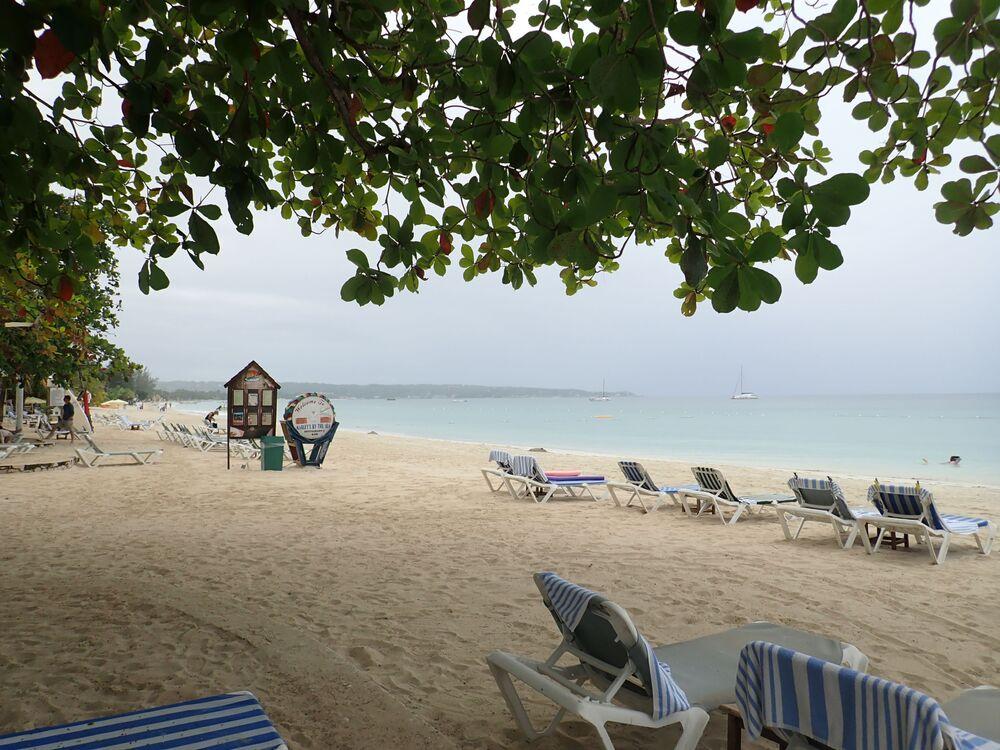 Seven Mile é uma praia de 11 km de areia dourada, com um cenário paradisíaco de águas azuis, situada na Jamaica