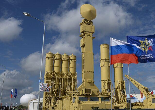 Sistema de mísseis antiaéreos S-400 Triumf, em exposição no fórum militar ARMY 2015, em Kubinka, região de Moscou
