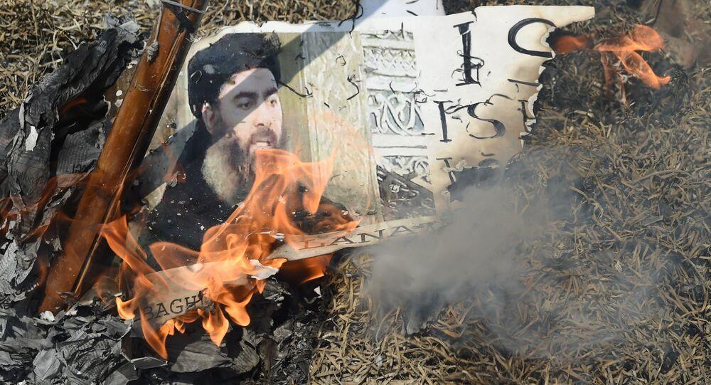 Manifestantes muçulmanos xiitas indianos queimam uma efígie do líder do grupo Estado Islâmico, Abu Bakr al-Baghdadi, durante um protesto em Nova Délhi.