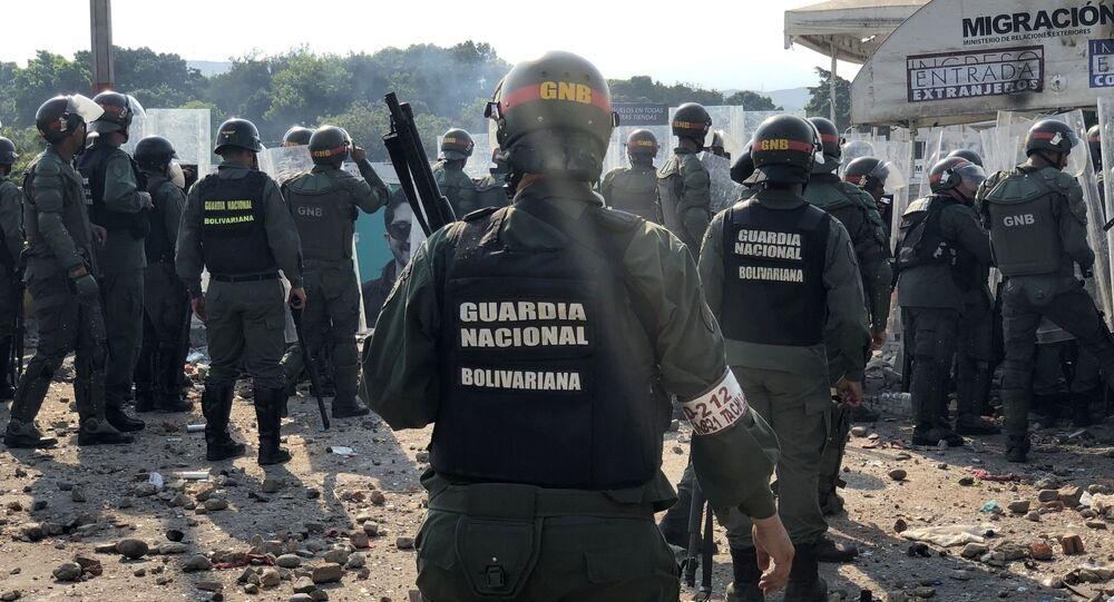 Militares da Guarda Nacional venezuelana concentrados na ponte Simón Bolívar
