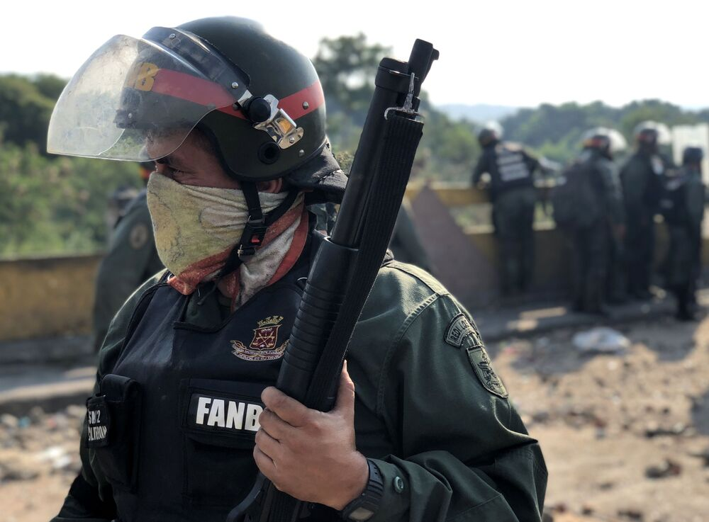 Militar da Guarda Nacional venezuelana guarda posição na ponte Simón Bolívar