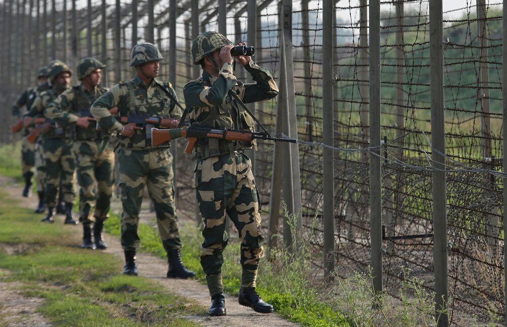 Soldados indianos patrulham a fronteira com o Paquistão no setor Ranbir Singh Pora, em 26 de fevereiro de 2019