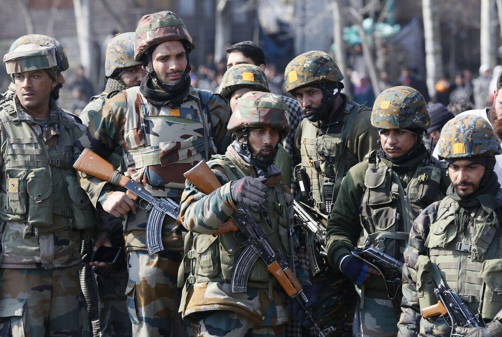 Militares no local da derrubada de um helicóptero indiano no distrito de Budgam, na Caxemira