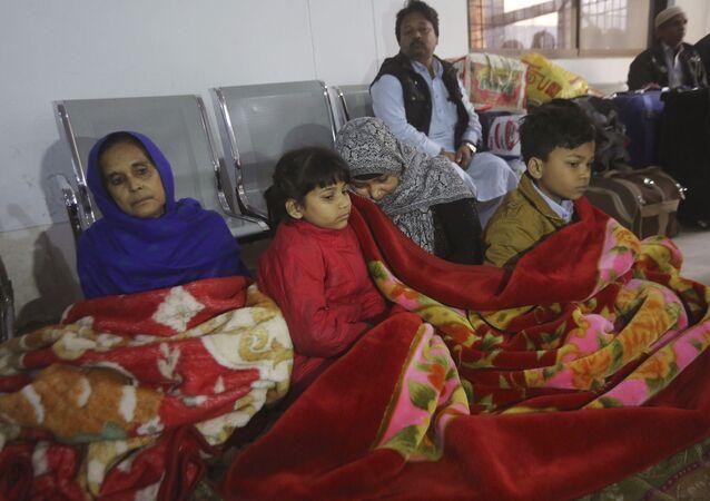 Indianos na estação da cidade paquistanesa de Lahore esperam um trem, cujo movimento foi interrompido por causa da escalada nas relações indo-paquistanesas
