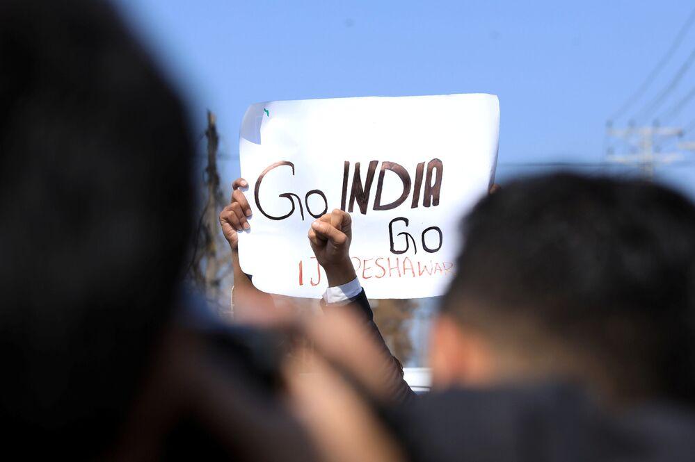 Cartaz com slogans anti-indianos em uma manifestação em Peshawar, Paquistão