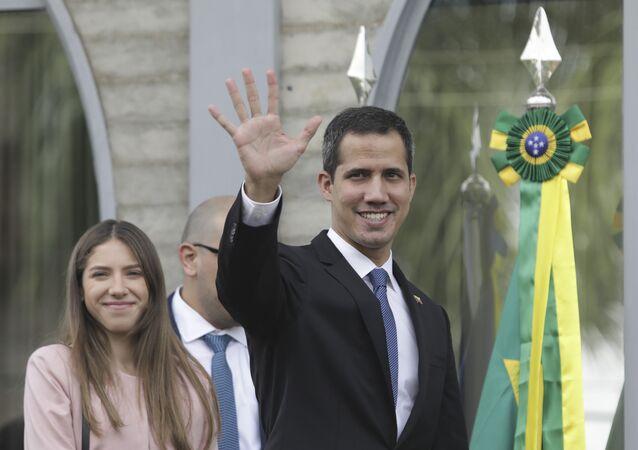 Juan Guaidó, autoproclamado presidente interino da Venezuela, acena durante visita a Brasília, onde se reuniu com o presidente brasileiro, Jair Bolsonaro.