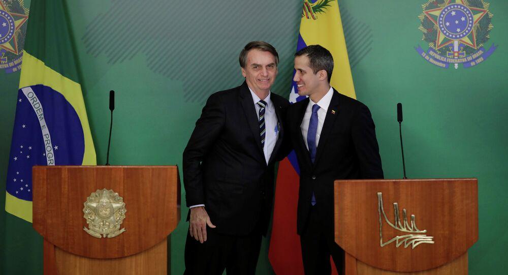 O líder da oposição venezuelana, Juan Guaidó, abraça o presidente do Brasil, Jair Bolsonaro, após encontro em Brasília.