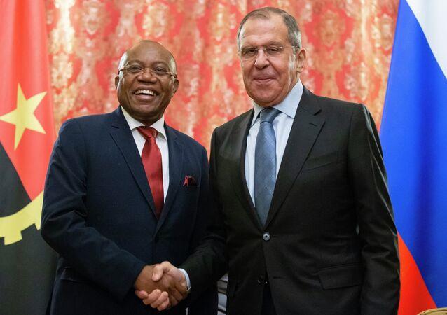 O ministro das Relações Exteriores da Rússia, Sergei Lavrov (à direita), e o chanceler da Angola, Manuel Augusto (à direita) posam parra uma foto antes de encontro em Moscou no dia 28 de fevereiro de 2019.