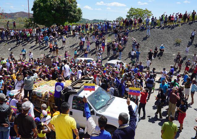 Caminhonete com ajuda humanitária brasileira bloqueada na fronteira da Venezuela