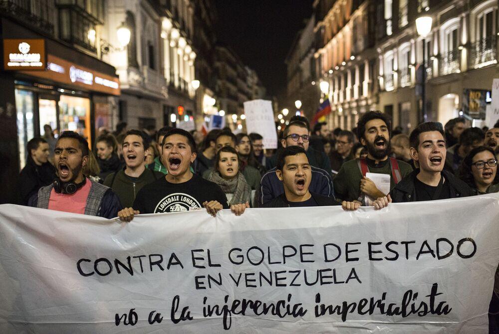 Participantes da manifestação em Madri em apoio ao presidente legítimo venezuelano, Nicolás Maduro