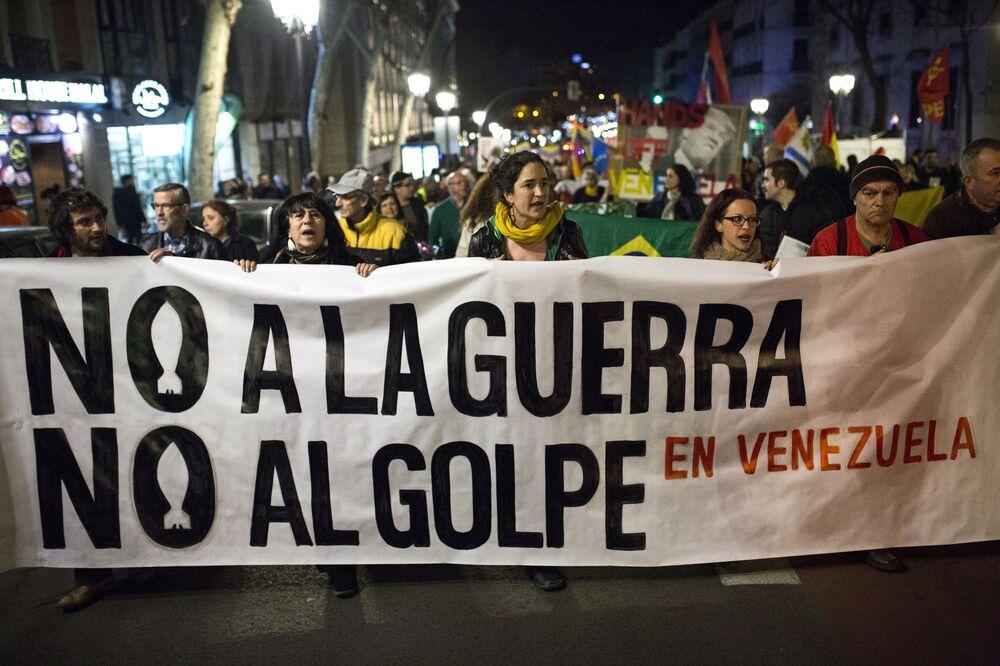 Ruas de Madri são tomadas por pessoas em apoio ao presidente legítimo venezuelano, Nicolás Maduro